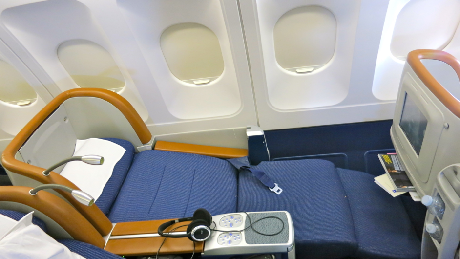 A business class seat in full recline on an SAS A340 SFO-CPH (Photo: Chris McGinnis)