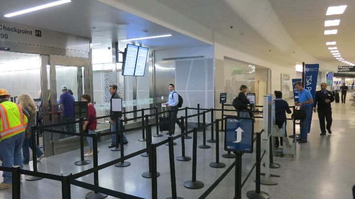 United's new Premier Security line- see the Global Services lounge behind the frosted glass? (Photo: Chris McGinnis)