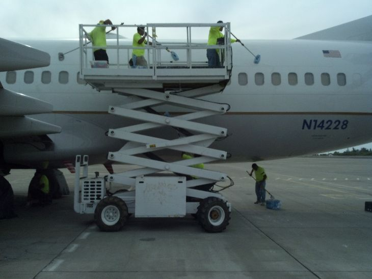 All United aircraft are washed by hand (Photo: United Airlines)