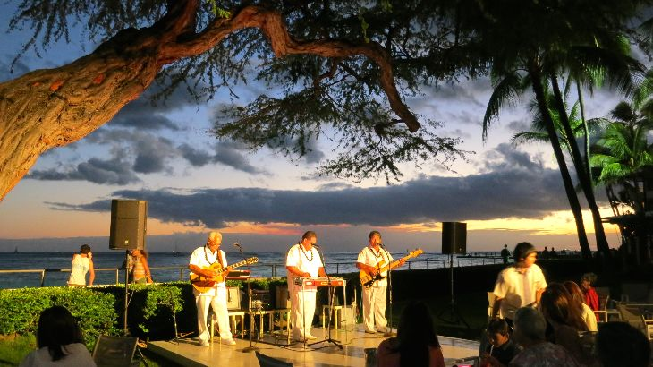 Sunset mai tais and slack guitar at the Halekulani (Photo: Chris McGinnis)