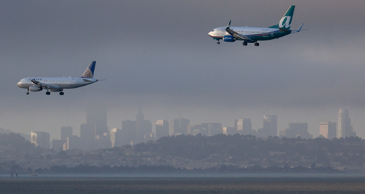 Can you tell the difference between the 737 and A320 in this shot? (Angelo DeSantis / Flickr)