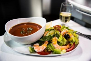 United's gluten free tomato basil soup and prawn salad (Photo: United)
