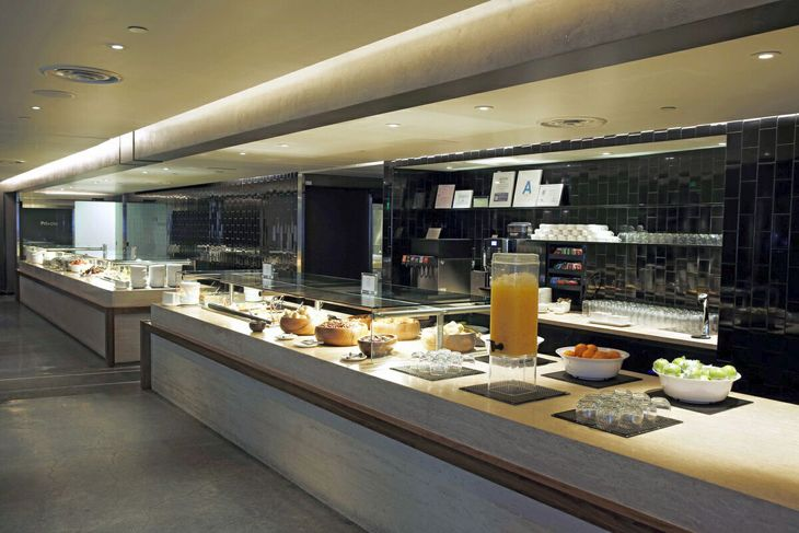 New buffet line at the LAX Oneworld Business Lounge. (Image: Qantas)