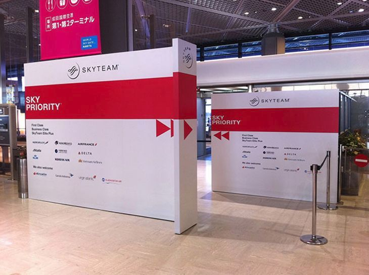 Like this Skyteam project, the Oneworld alliance is adding airport signs to steer elite members to their benefits. (Image: Skyteam)