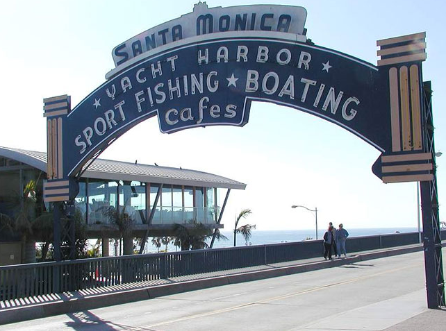 Take the train to the beach in Santa Monica (Photo: Jon Sullivan / Wikimedia Commons)