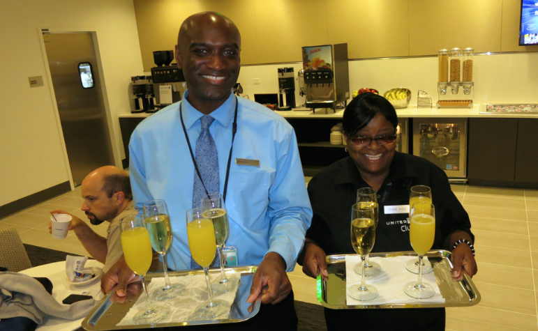 Free Champers at the brand new United Club at SFO on opening day! (Photo: Chris McGinnis)