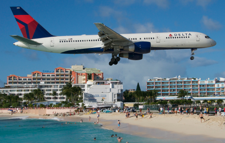 A Delta 757-200 landing at Princess Juliana airport on St Maarten (Aero Icarus / Flickr)