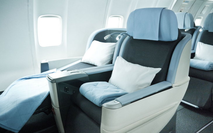 La Compagnie business class seat is also of the angled lie flat variety (La Compagnie)