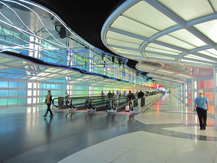 Tunnel linking United's concourses at Chicago O'Hare. (Image: Wikimedia Commons)