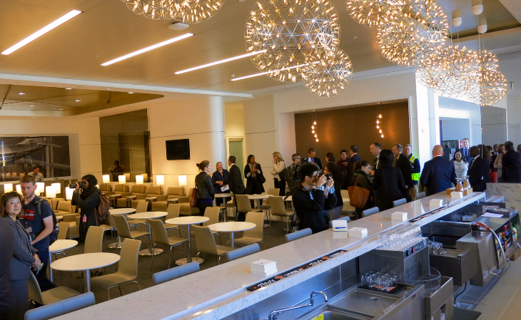 Main room & bar at the new United Club SFO (Chris McGinnis)