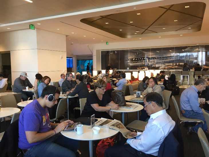 The crowded United Club in Concourse E at SFO (Photo: Dan Erwin)